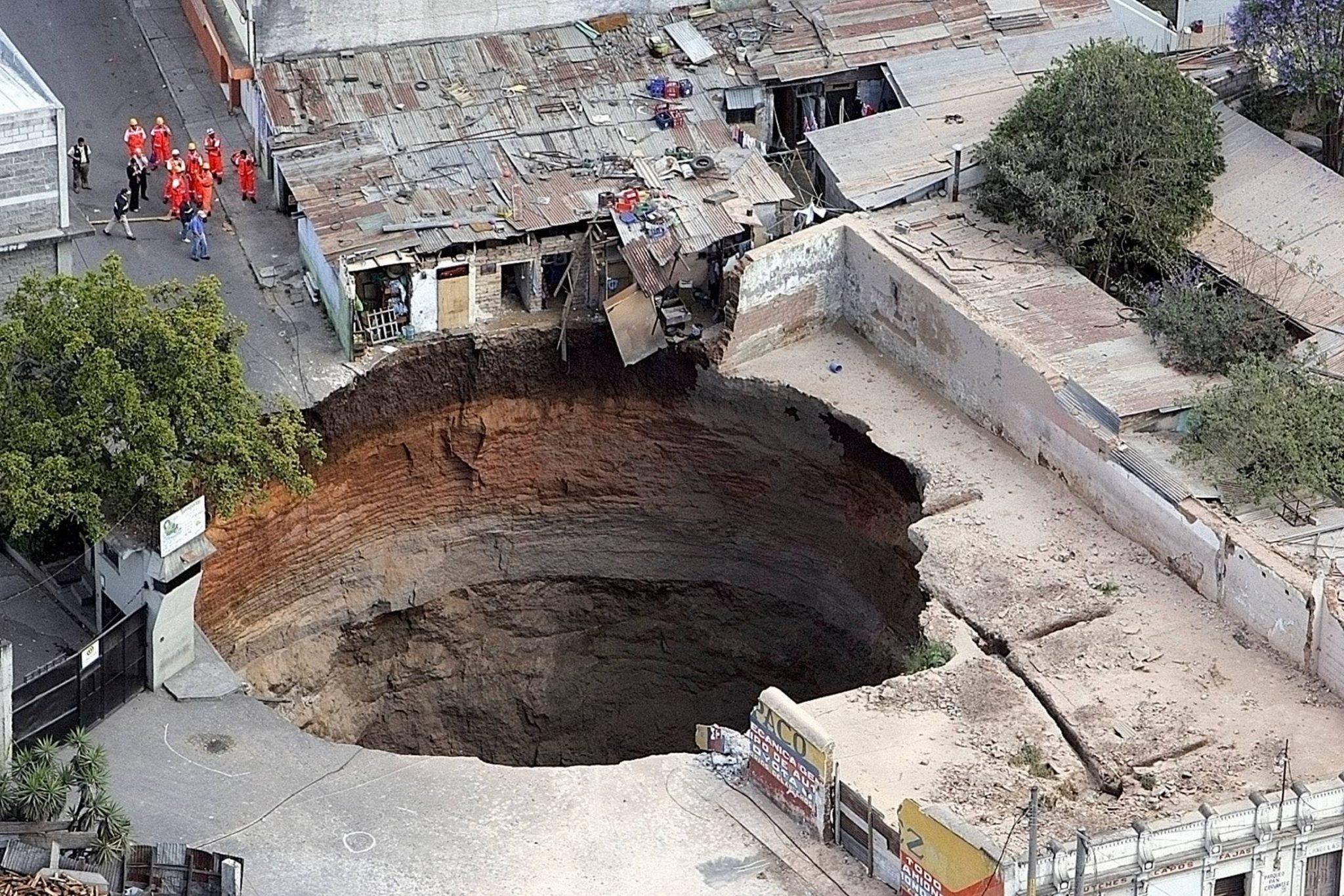 Внезапные, необъяснимые провалы почвы во многих странах