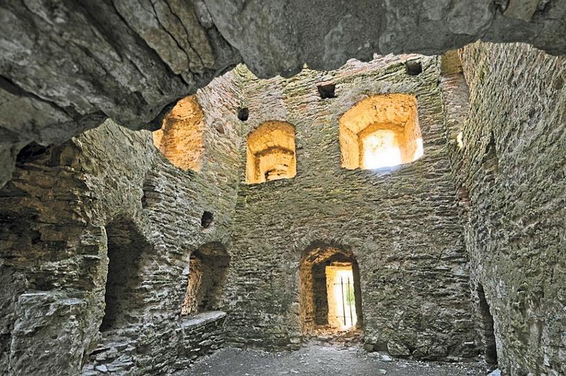 Талавская башня изнутри. Этажные перекрытия пока не восстановлены.
