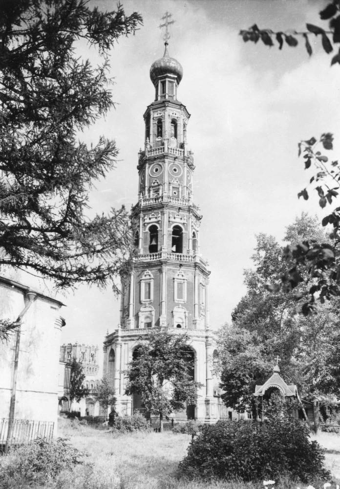 Колокольня Новодевичьего монастыря. Москва XVI век.