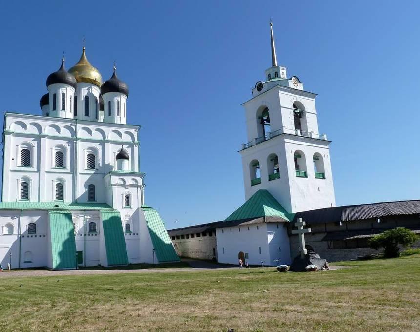 Троицкий собор, и колокольня Псковского кремля.