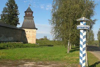 Верстовой столб у стен Печорской крепости