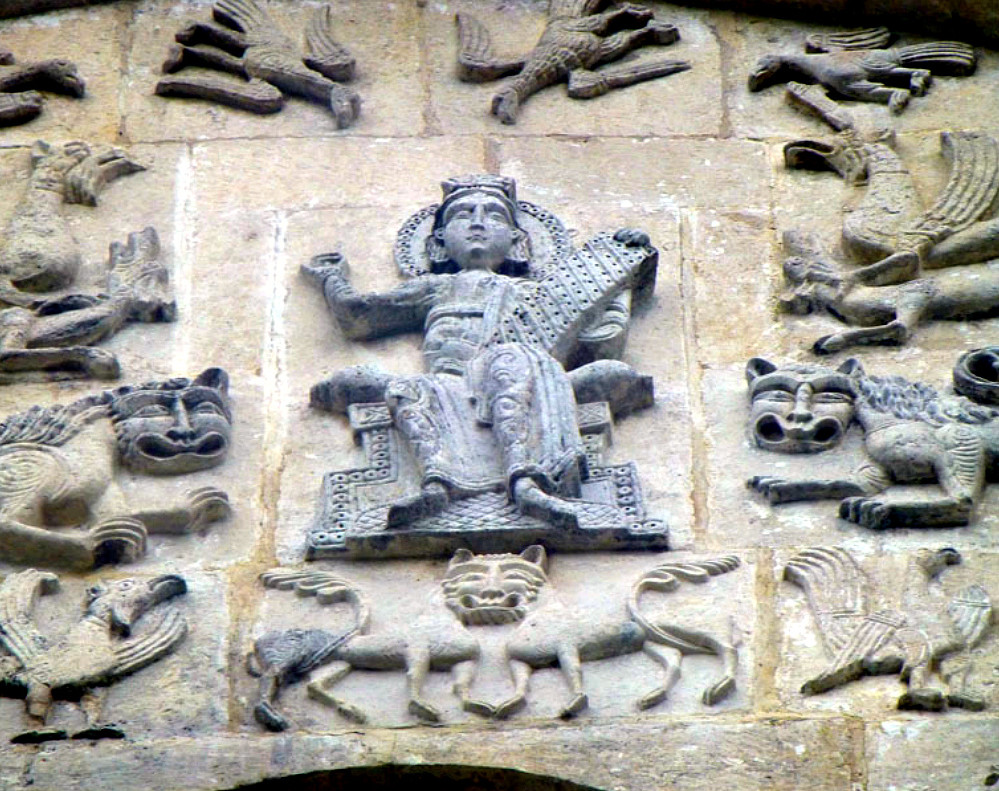 Царь Давыд на фасаде Дмитриевской церкви во Владимире. (Официальная версия). По другой версии, это Сварог с Алатырь - камнем, на котором высечены Веды.