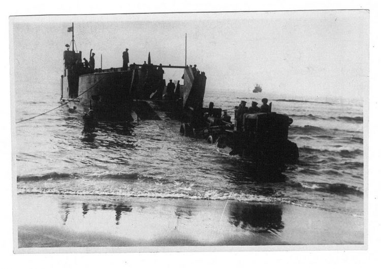 Десантная баржа выгружает артиллерию. 1945 год.