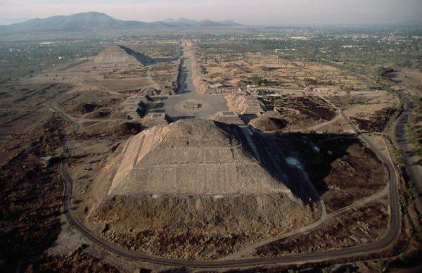 Die Pyramiden im Kreis Sianjan erreichen nur die Höhe von 50 m. Oft sind sie in Gruppen zu 4 – 5 Anlagen gelegen.