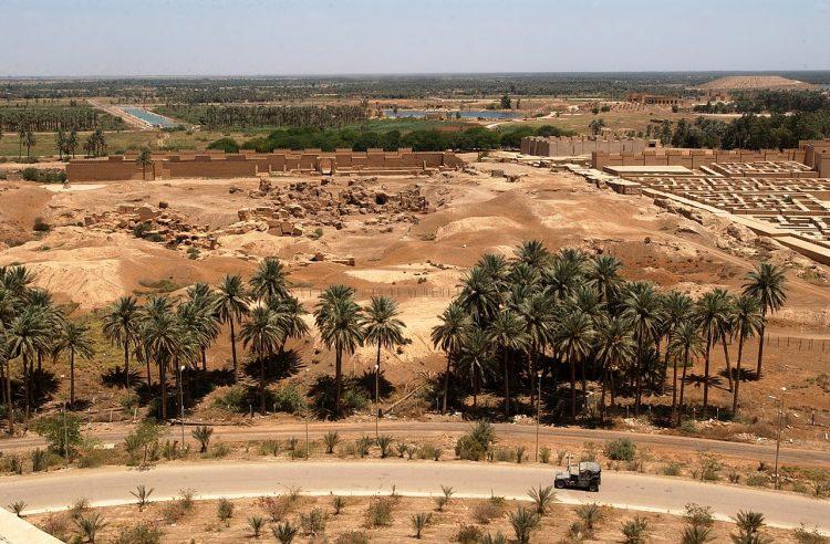 Вид на Вавилон со стороны бывшего летнего дворца Саддама Хусейна. Фото ВМС США. 2003 год.