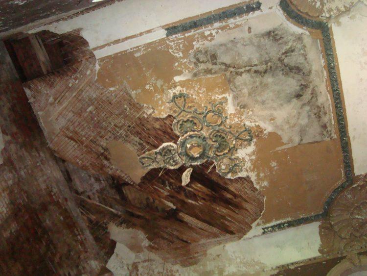 Розетка на потолке холла