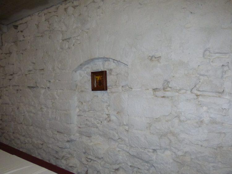 Внутренняя стена. Часть блоков, из которых она сложена, имеет следы качественной обработки, разрушенной эрозией