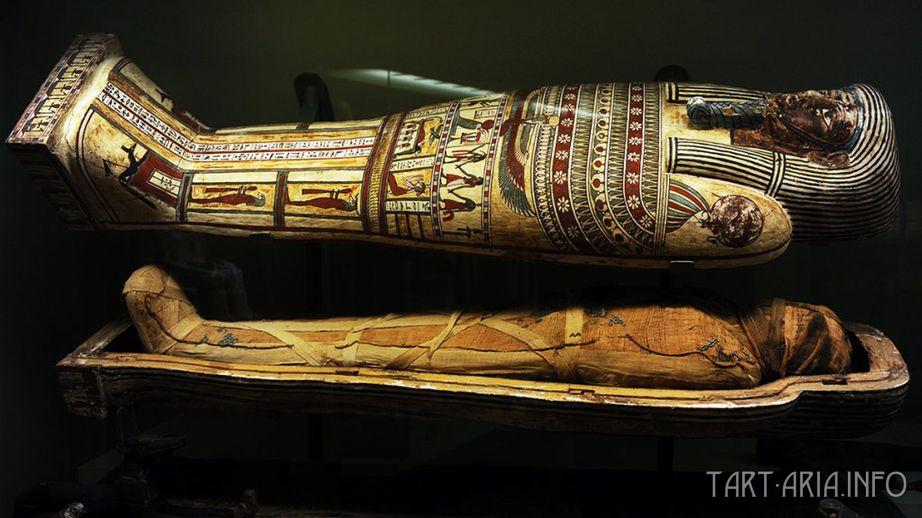 Саркофаг с мумией.