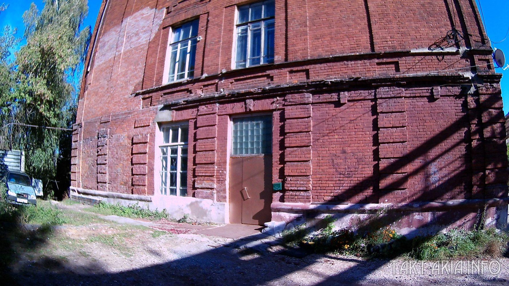Главный вход, дверь сделана из окна.