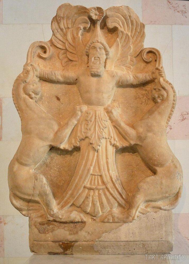 Акротерий с изображением аримаспа, укрощающего двух грифонов, III в. до н.э., Эрмитаж