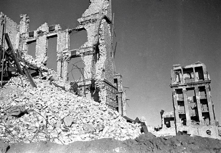 Разрушенное в боях здание