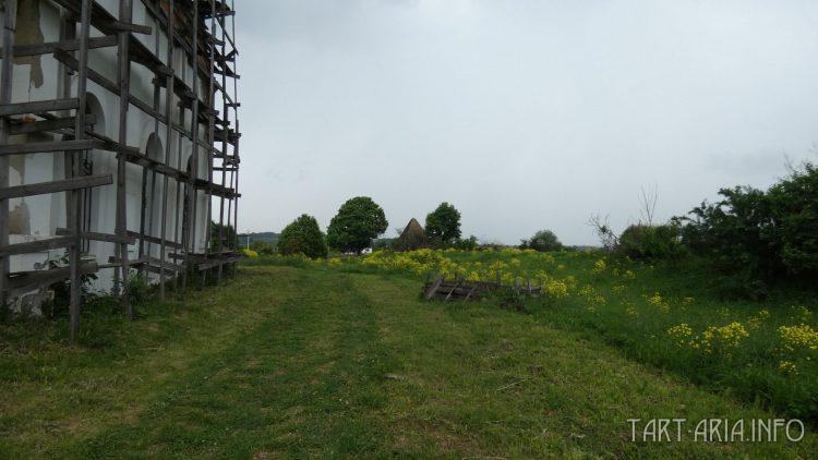 Сабуровская крепость. Пирамиды возле храма
