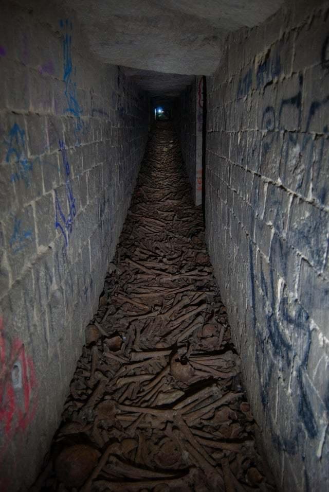 Закрытая для посещения часть катакомб в Париже. Источник