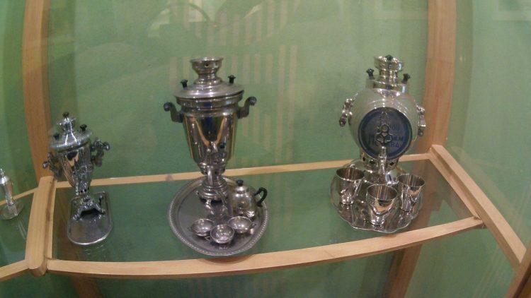 Разнообразные самовары в Тульском музее самоваров