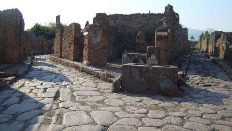 Дорога за воротами Помпеи. Источник